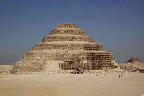 Ступенчатая пирамида Джосера в Сахаре, 2600 г. до н. э.